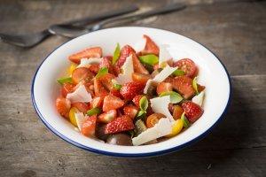 aardbei, kaas en tomaten salade